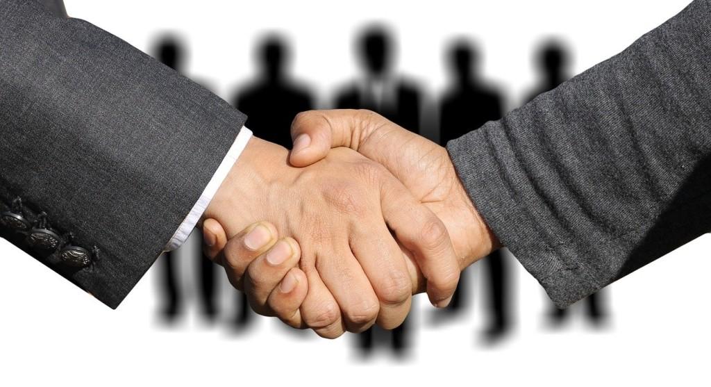 shaking hands 3091908 1280 1024x557 - Devenir influenceur : comment trouver des sponsors ?